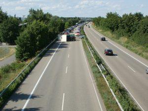 lastbil med farligt gods på motorväg
